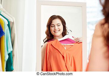 mujer, camisa, más, espejo, feliz, tamaño