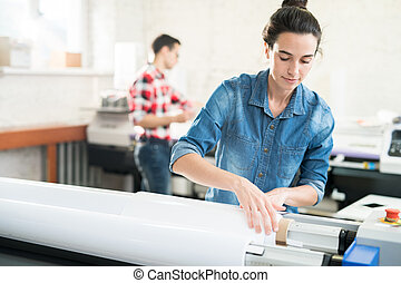 mujer, carga, de par en par, formato, impresora