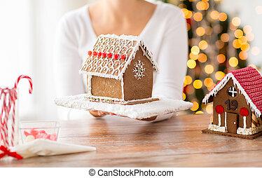 mujer, casa, actuación, encima de cierre, pan de jengibre