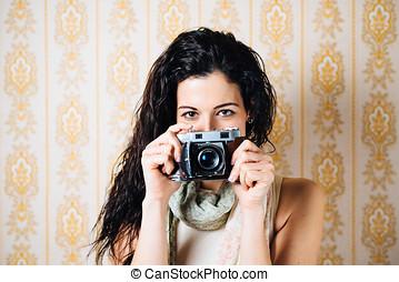mujer, cautivadora foto, con, viejo, cámara