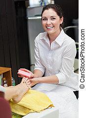 mujer, centro, clavos, balneario, buffering, dedo del pie
