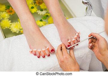 mujer, centro, clavos, pulido, balneario, dedo del pie