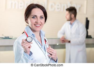 mujer, centro, doctor, médico, estetoscopio, tenencia