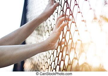 mujer, cerca del alambre, metal, conmovedor, manos