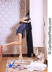 mujer, cerca, sliding-door, guardarropa