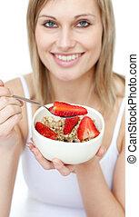 mujer, cereales, alegre, comida, fresas