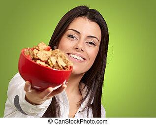 mujer, cereales, ofrecimiento, encima, tazón, joven, verde, Plano de fondo, retrato