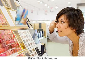 mujer, chooses, rímel, en, cosméticos, tienda