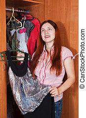 mujer, chooses, vestido, en, guardarropa