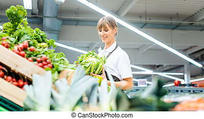 mujer, clasificación, trabajando, vegetales, supermercado, fruta