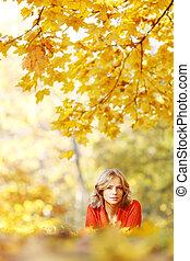 mujer, colocar, en, otoño sale