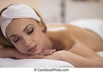 mujer, colocar, en, tabla del masaje