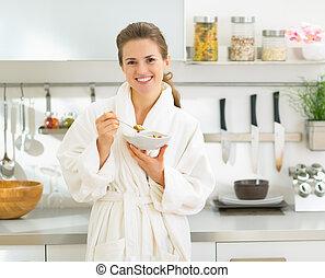 mujer, comida, joven, mañana,  muesli, retrato, sonriente, cocina