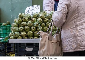 mujer, compra, vegetales, en, un, mercado al aire libre,...