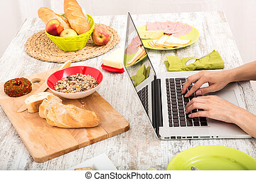 mujer, computador portatil, joven, mientras, computadora, Utilizar, desayuno, teniendo