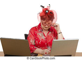 mujer, computadora, mirar fijamente
