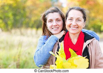 mujer, con, adulto, hija, en, otoño