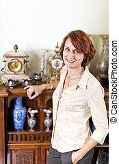 mujer, con, antigüedad, colección