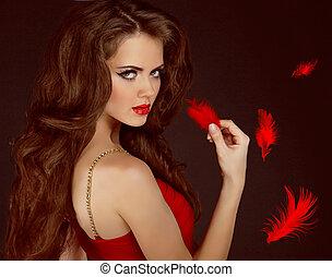 mujer, con, belleza, largo, pelo marrón rizado, y, rojo, lips., moda, mujer, portrait.