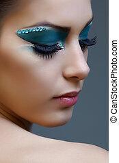 mujer, con, brillante azul, maquillaje