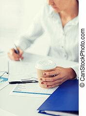 mujer, con, café, llenando, blanco, papel