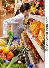 mujer, con, canasta de compras, en, el, supermercado