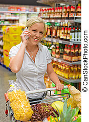 mujer, con, carro de compras, en, el, supermercado
