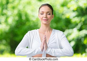 mujer, con, cerró ojos, oración, el gesticular