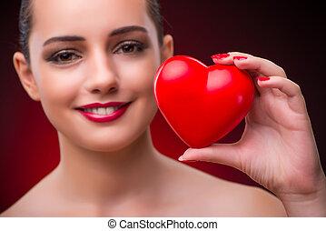 mujer, con, corazón rojo, en, romántico, concepto