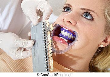 mujer, con, cosmético, dental