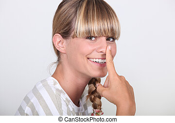 mujer, con, dedo, ella, nariz