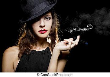 mujer, con, delgado, electrónico, cigarrillo
