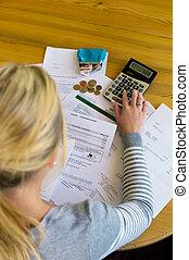mujer, con, deudas, y, cuentas