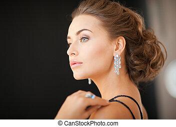mujer, con, diamante, pendientes