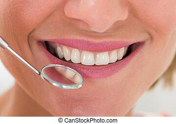 mujer, con, dientes, y, dentista, espejo