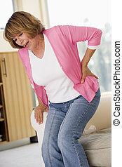 mujer, con, dolor de espalda
