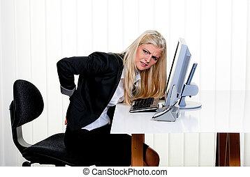 mujer, con, dolor, en el back, oficina