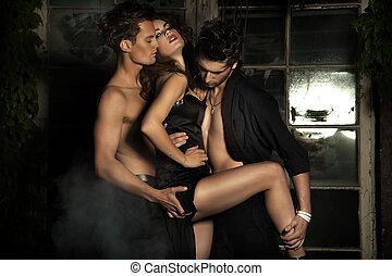 mujer, con, dos, sexy, hombres