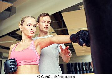 mujer, con, entrenador personal, boxeo, en, gimnasio