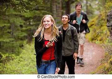 mujer, con, gps, en, bosque