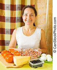 mujer, con, ingredientes, para, llenó tomate