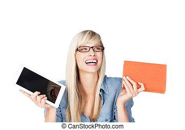 mujer, con, libro, y, tableta