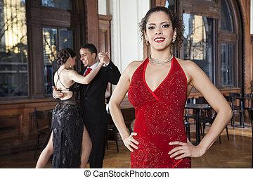 mujer, con, manos, cadera, posición, mientras, bailarines, hacer, tango