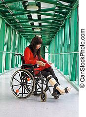 mujer, con, molde de la pierna