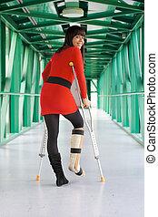 mujer, con, molde de la pierna, y, muletas, en, hospital