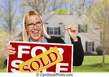 mujer, con, muestra vendida, y, llaves, delante de, casa