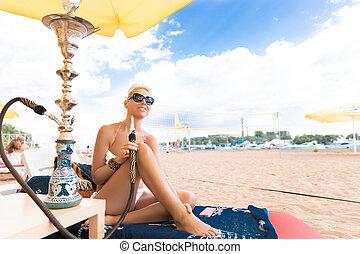 mujer, con, narguile, en la playa, en, biquini