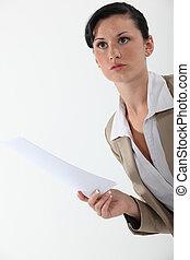 mujer, con, papel, en, mano