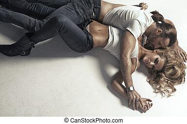mujer, con, perfecto, cuerpo, abrazado, por, hombre