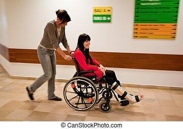 mujer, con, pierna en yeso, y, enfermera, rollstruhl